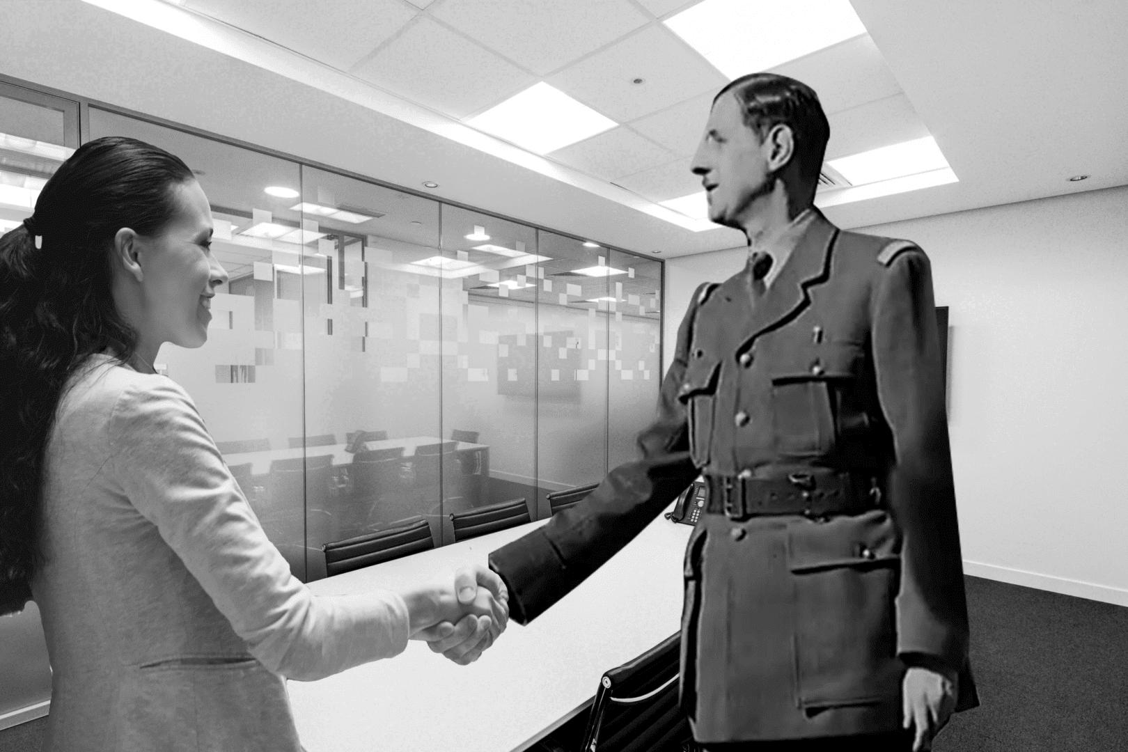 de Gaulle serre la main à une femme dans un bureau
